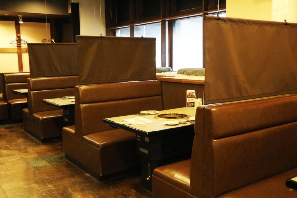 飛沫対策:テーブル席に飛沫防止カーテン設置